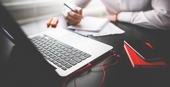 entrepreneur-working-on-macbook_20180216