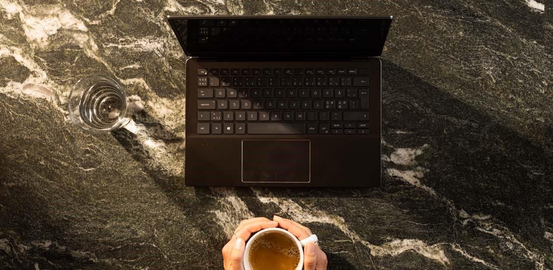 Kaffekopp vid dator 2021_1126x550